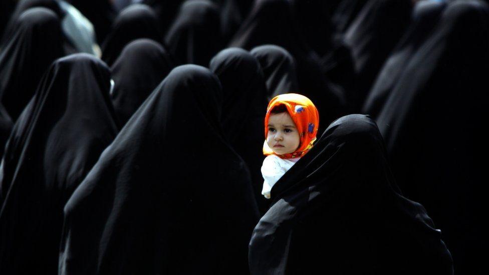 Manifestação pró-hijab em Teerã, em 2006 (Foto: Getty Images via BBC News)