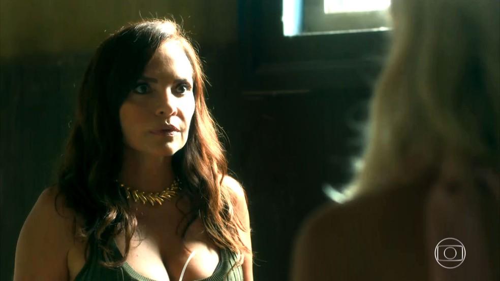 Scarlet (Luíza Tomé) fica surpresa ao ver Marilda (Letícia Spiller) e Fabim (Marcello Melo Jr.) juntos, em 'O Sétimo Guardião' — Foto: TV Globo