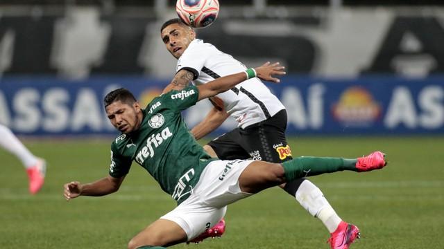 Rony, do Palmeiras, em disputa com Gabriel, do Corinthians