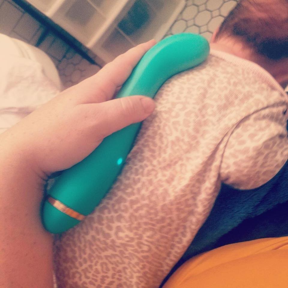 Mãe usa vibrador sobre as costas do filho para aliviar congestão (Foto: Melons and Cuties/Reprodução)