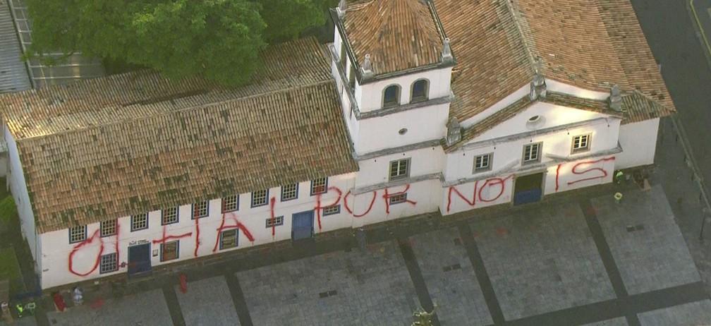 Fachada do Pateo do Collegio é pichada durante ato de vandalismo (Foto: Reprodução TV Globo)