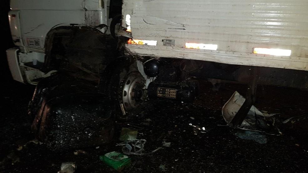 Tanque de combustível do caminhão foi arrancado com o impacto (Foto: Guaraí Notícias/Divulgação)