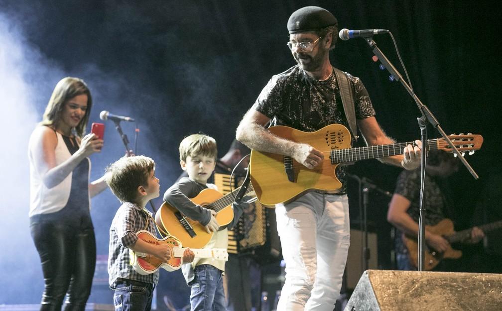 Netos de Nando Cordel se divertiram com o cantor no palco do São João da Capitá (Foto: Charles Johnson/Divulgação)