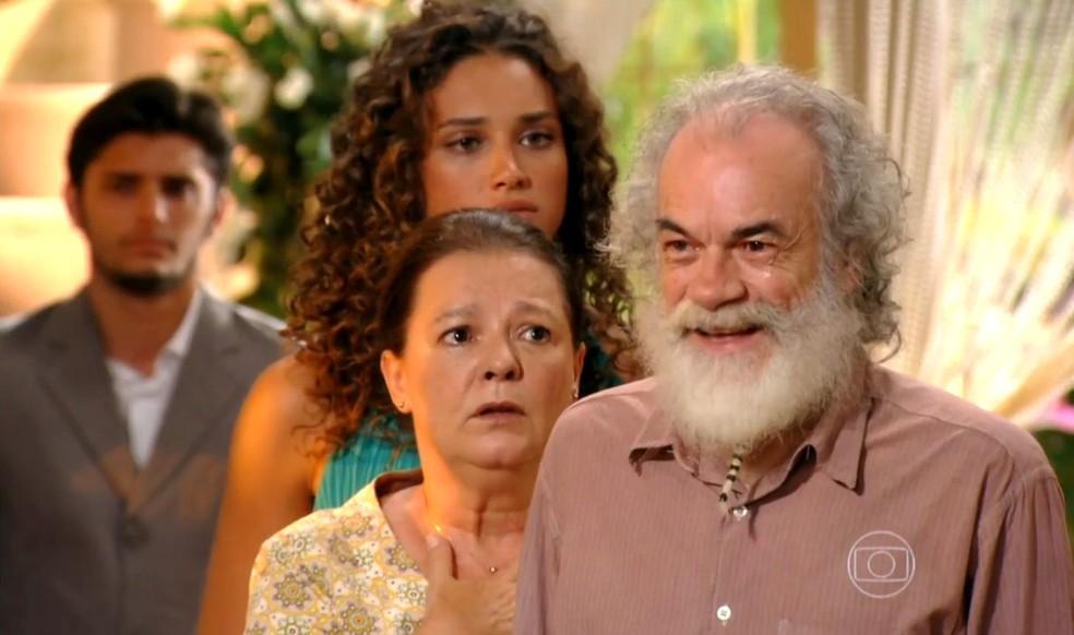 Chico (Cacá Amaral) conta a Ester (Grazi Massafera) que Cassiano (Henri Castelli) está vivo, em 'Flor do Caribe' — Foto: Globo