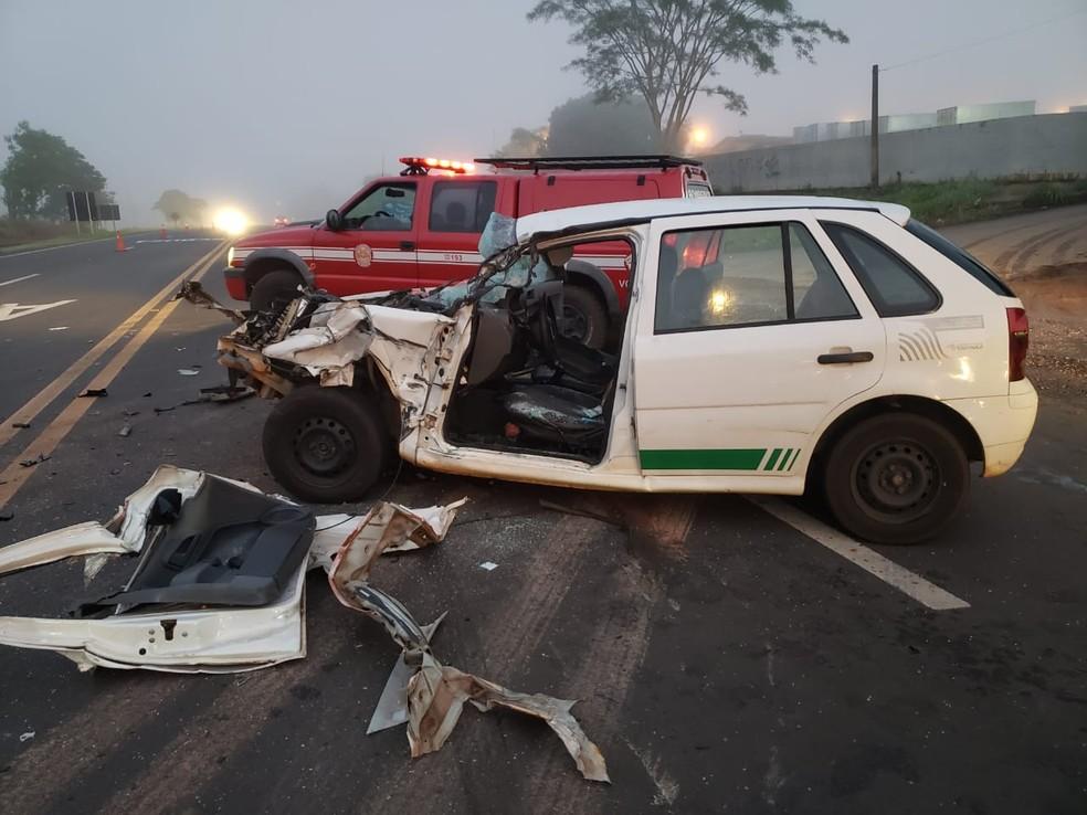 Dois homens que estavam no carro da prefeitura sofreram ferimentos leves e foram levados ao hospital — Foto: Tupaense.com