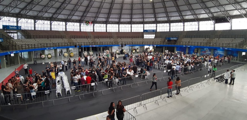 Familiares e amigos de vítima de massacre da Escola Raul Brasil em Suzano estão no velório na Arena Suzano — Foto: Maiara Barbosa/G1