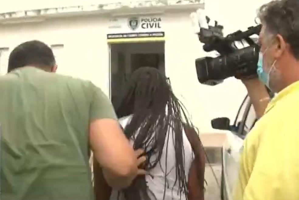 maepresa Menino de 2 anos estava morto há quase 9 horas ao ser levado a hospital: 'dormiram com uma criança morta', diz delegado