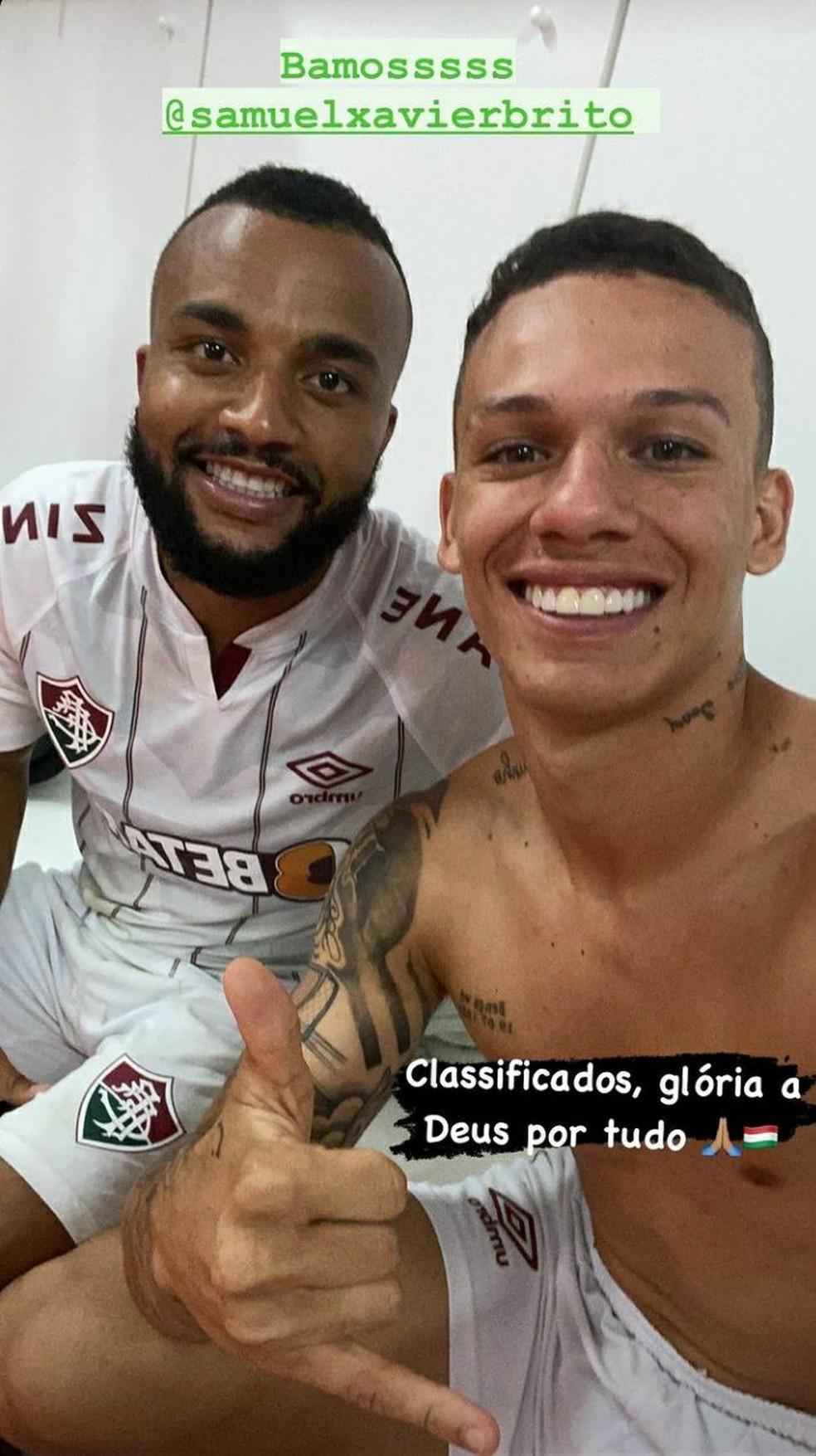 Samuel Xavier e Calegari comemoram a classificação do Fluminense no vestiário — Foto: Divulgação