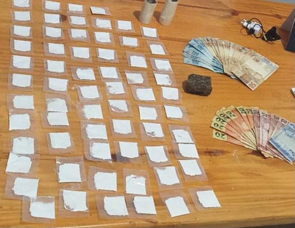 Papelotes de cocaína, tablete de maconha e dinheiro apreendidos — Foto: Polícia Civil/Divulgação