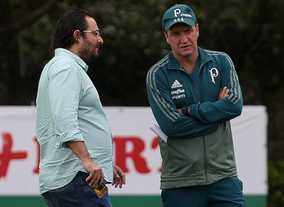 Alexandre Mattos (à esq.) e Cuca conversam na Academia (Foto: Cesar Greco/Ag Palmeiras/Divulgação)
