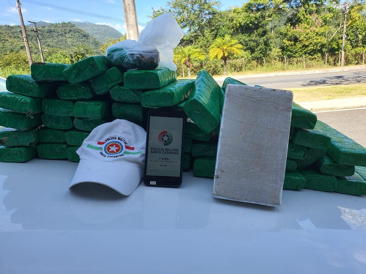 Polícia prende homem com pacotes de maconha e cocaína na SC-108, em Blumenau