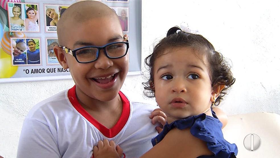 Raí e sua irmã - que é doadora com medula 100% compatível - aguardam cirurgia de transplante no RN (Foto: Inter TV Cabugi)