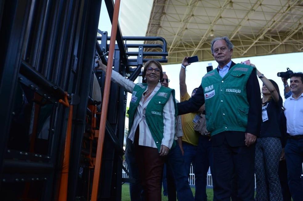 Ministra Tereza Cristina e o presidente da ABCZ, Arnaldo Manuel, no lançamento da campanha de vacinação contra a febre aftosa — Foto: Maria Gabryella Ribeiro/ABCZ