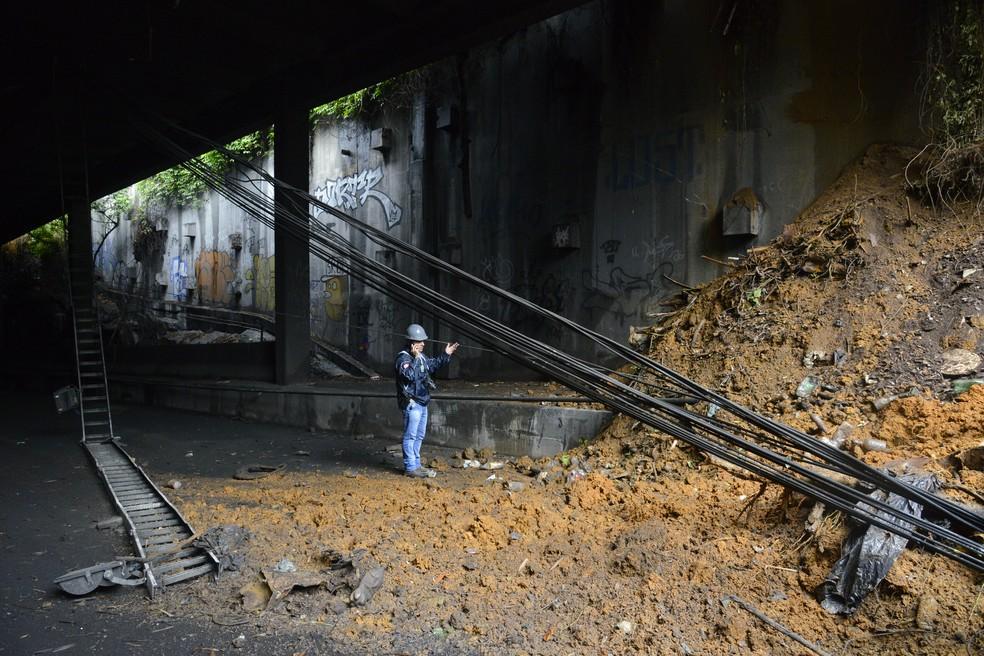 Técnico da prefeitura dentro do túnel verifica o deslizamento de terra  — Foto: Foto: Richard Santos/Prefeitura do Rio