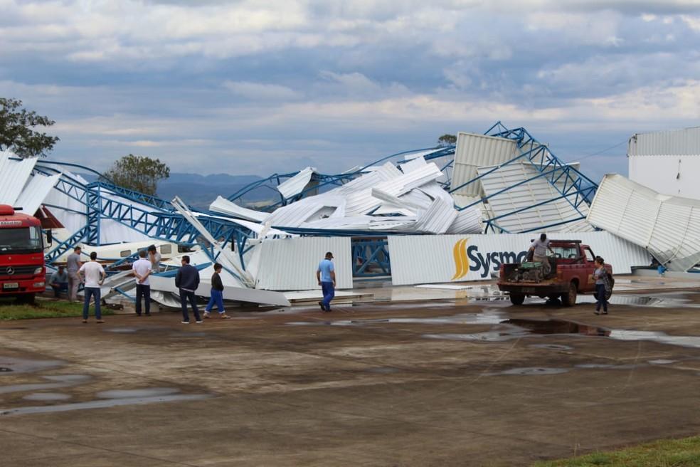 Hangar de aeroporto privado em São Miguel do Oeste, SC, foi destruído. — Foto: Marcos Lewe / Rádio 103 FM