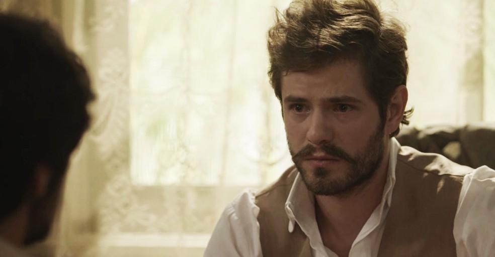 Camilo escuta atentamente tudo o que o amigo tem a dizer  (Foto: TV Globo)