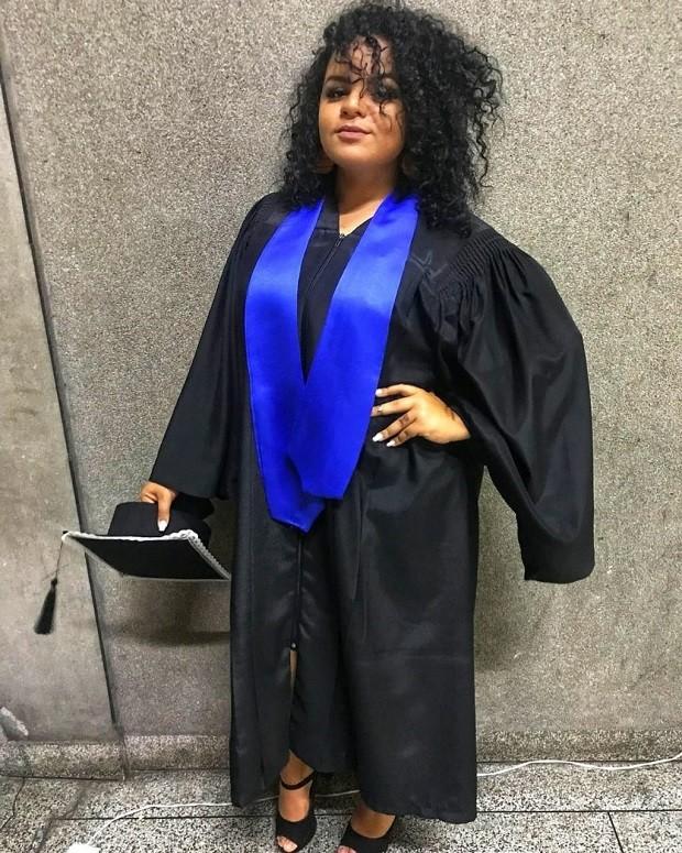 Larissa se formou em marketing na semana passada, e, apesar das dificuldades, vê o diploma como um trunfo para conseguir vaga (Foto: Arquivo Pessoal - via BBC)
