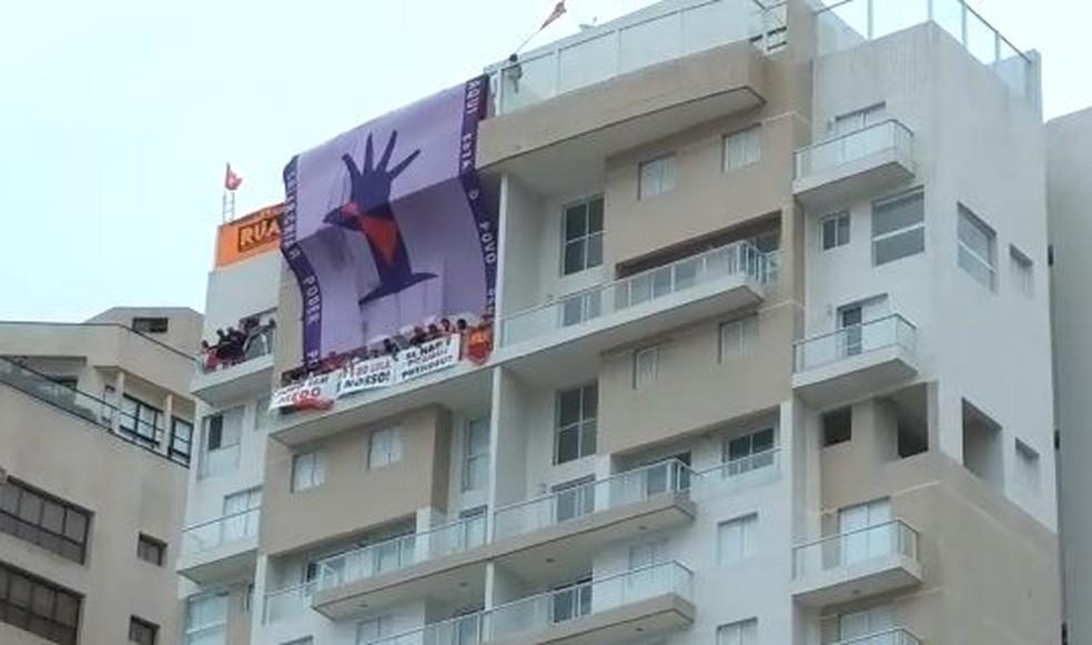 Manifestantes do MTST e Frente do Povo estenderam faixas no triplex atribuído a Lula em Guarujá (Foto: G1 Santos)