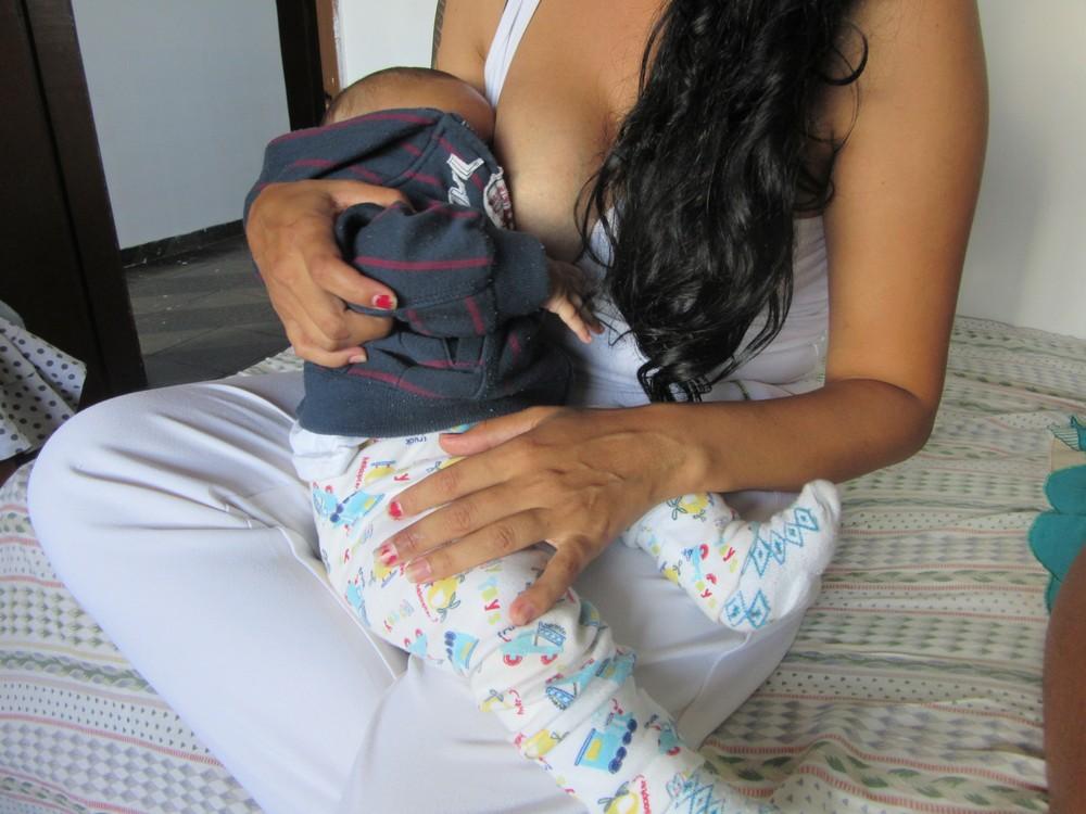 J.N, de 32 anos, amamenta o filho de 5 meses. (Foto: Marília Marques/G1)