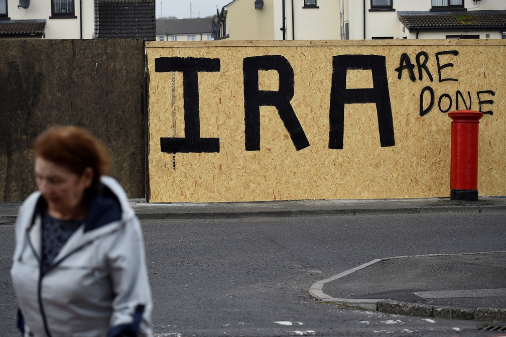 "No muro, a pichação ao lado do nome do IRA completa os dizeres ""O IRA acabou"", fotografada no dia 20 de abril depois do assassinato da jornalista Lyra McKee, na Irlanda do Norte. — Foto: Clodagh Kilcoyne/Reuters"