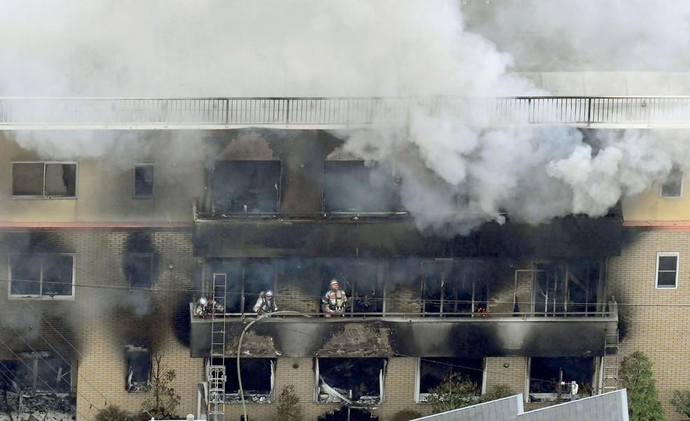Bombeiros trabalham para combater incêndio na Kyoto Animation, no oeste do Japão, na quinta-feira (18) — Foto: Kyodo News / via AP Photo