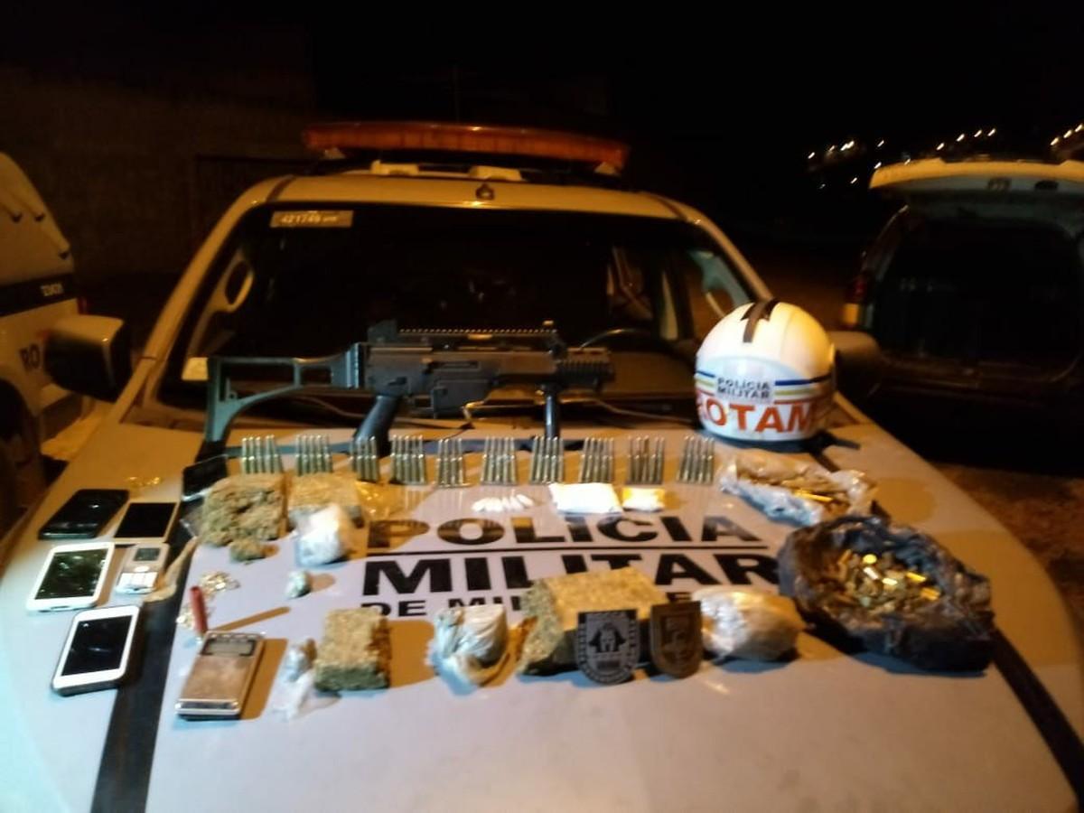 Grupo é preso com réplica de fuzil e mais de 130 munições em Pará de Minas