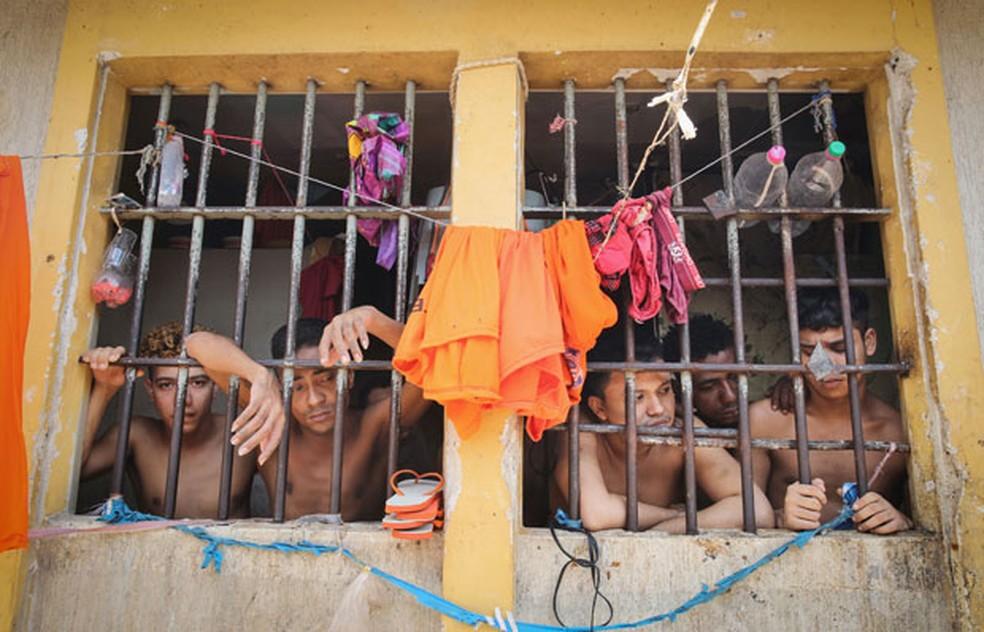 Detentos dividem cela lotada no presídio de Pedrinhas, em São Luís — Foto: Mario Tama/Getty Images
