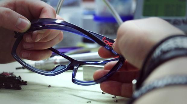 É possível montar o óculos novamente caso as lentes saiam (Foto: Reprodução/Facebook/gloryfy unbreakable)
