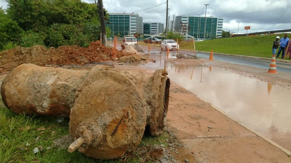 Vazamento em rede distribuidora deixa trecho na Av. Dorival Caymmi alagado, em Salvador — Foto: Tiago Ferreira/TV Bahia