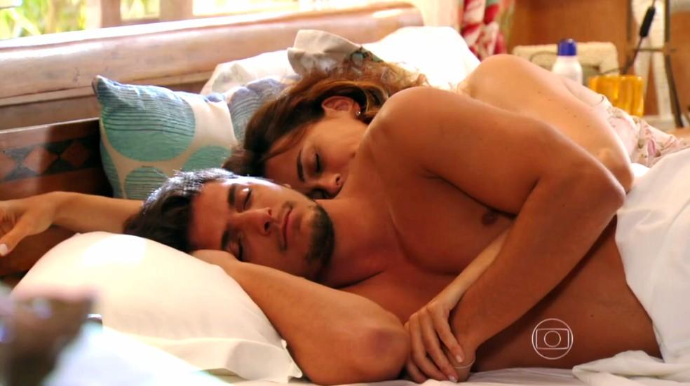 Juliano (Bruno Gissoni) e Natália (Daniela Escobar) têm noite de amor - 'Flor do Caribe' — Foto: Globo