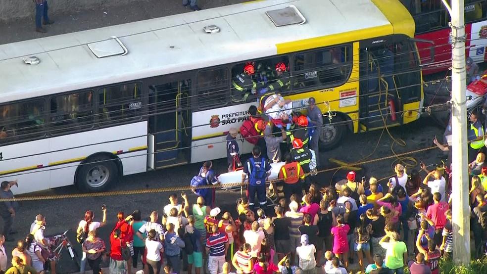 Motorista sendo socorrido (Foto: Reprodução/TV Globo)