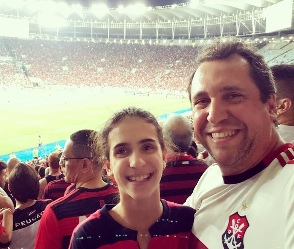Eduardo Teixeira e sua filha em jogo do Flamengo — Foto: Arquivo pessoal