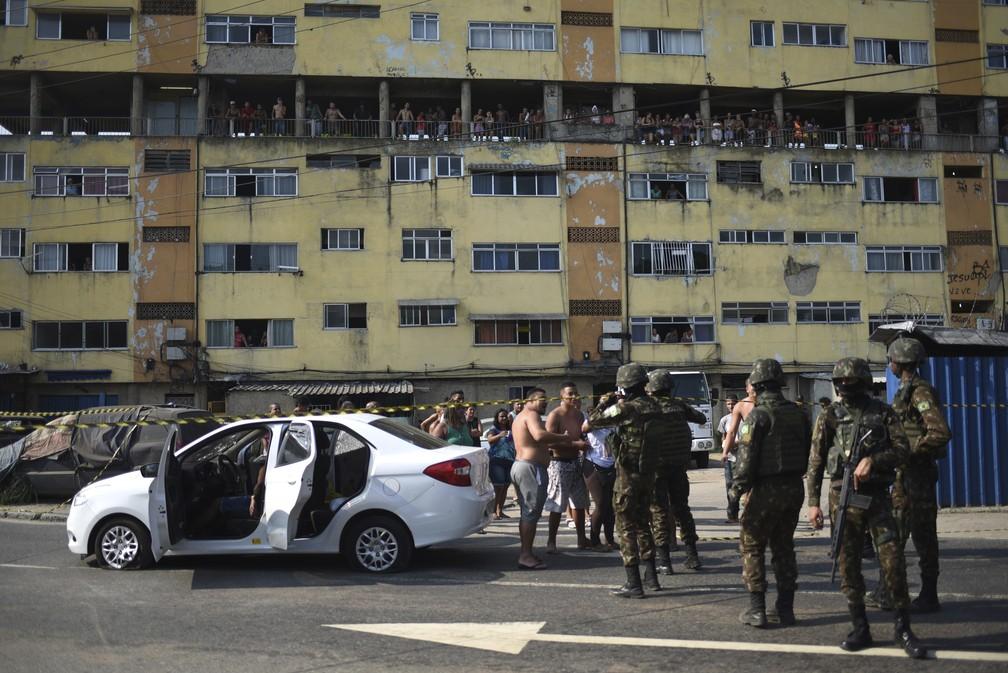 Carro fuzilado pelo Exército em Guadalupe, Rio — Foto: Fábio Teixeira/AP