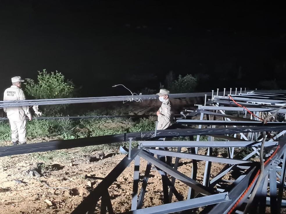Corpo de Bombeiros no local da queda da torre, sudoeste do Pará — Foto: Ascom/Corpo de Bombeiros