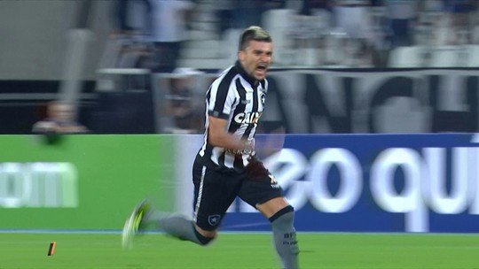 Que bomba! Chutaço de Victor Luís é eleito o gol mais bonito da rodada