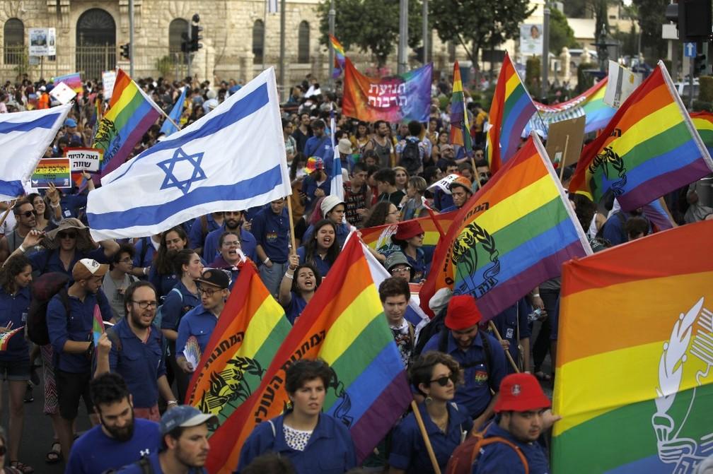 Participantes carregam bandeiras LGBT e de Israel na Parada do Orgulho Gay em Jerusalém — Foto: Menahem Kahana / AFP