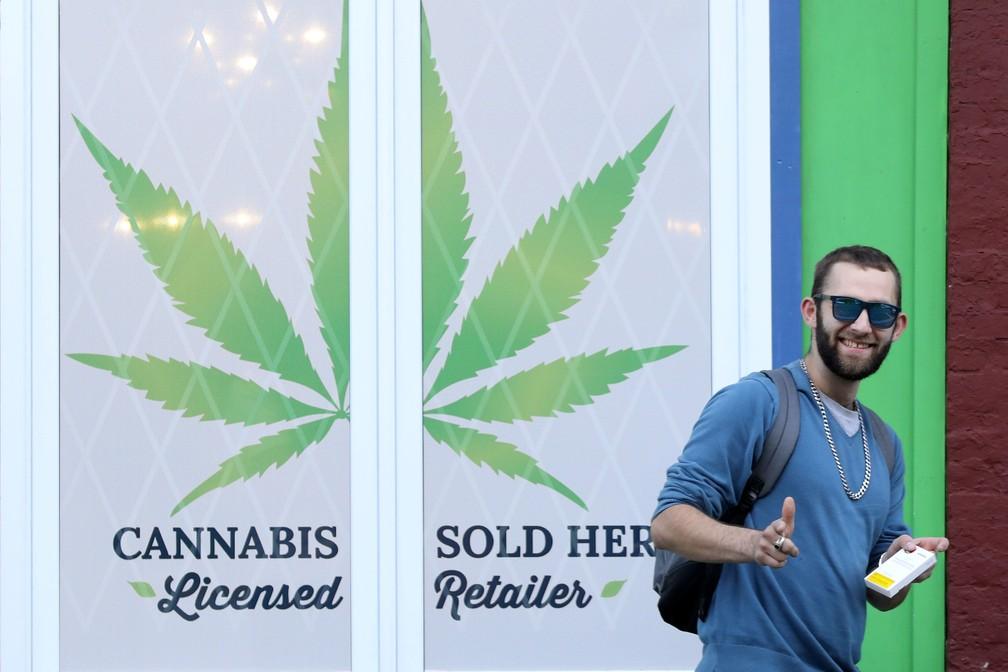 Um cliente com um produto de cannabis deixa uma loja de maconha depois que a droga foi legalizada para uso recreativo em St John's — Foto: Chris Wattie/Reuters