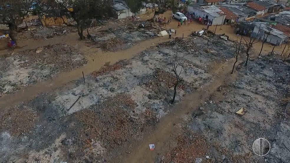Imagens aéreas mostras estrago provocado por incêndio em comunidade na Zona Oeste de Natal (Foto: Reprodução/Inter TV Cabugi)