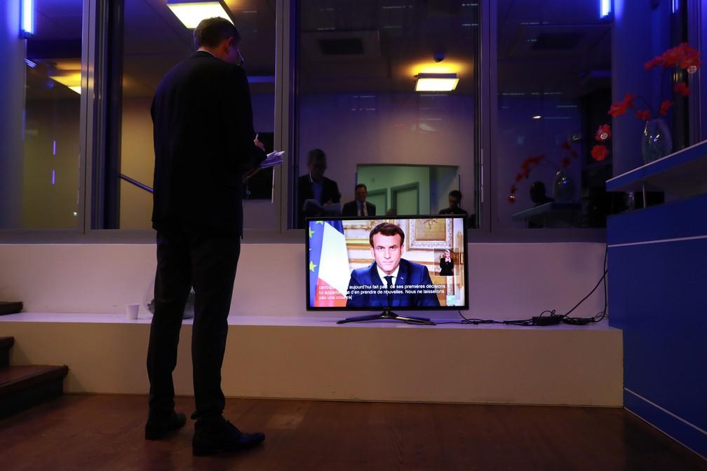 Presidente da França, Emmanuel Macron, anuncia na TV nesta quinta-feira (12) medidas para conter novo coronavírus — Foto: Ludovic Marin/AFP
