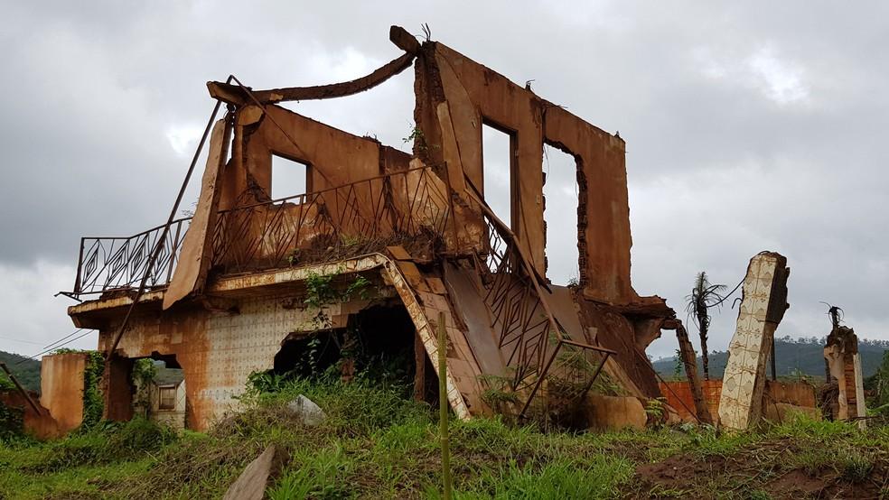 Mesmo com dois andares, casa do pai de Mauro Marcos da Silva não resistiu ao 'mar de lama' — Foto: Raquel Freitas/G1