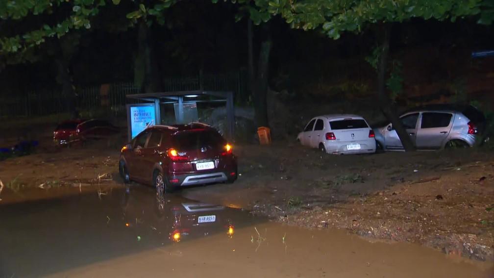 No Parque da Catacumba, na Lagoa, barranco desceu, rompeu a grade e atingiu carros — Foto: Reprodução/TV Globo