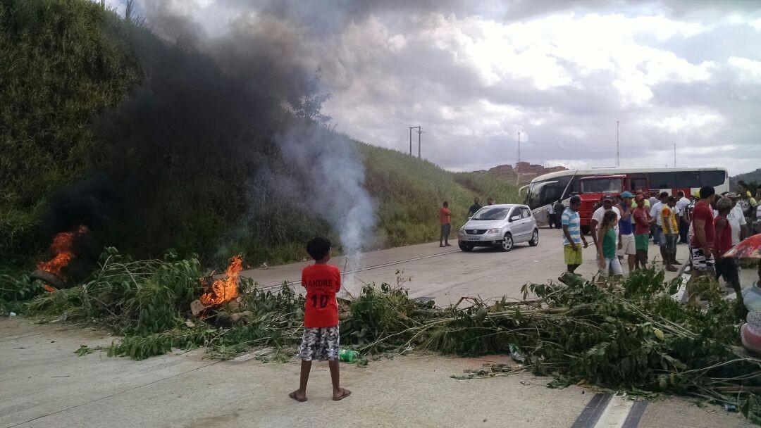 Servidores públicos de Novo Lino, AL, protestam contra salários atrasados