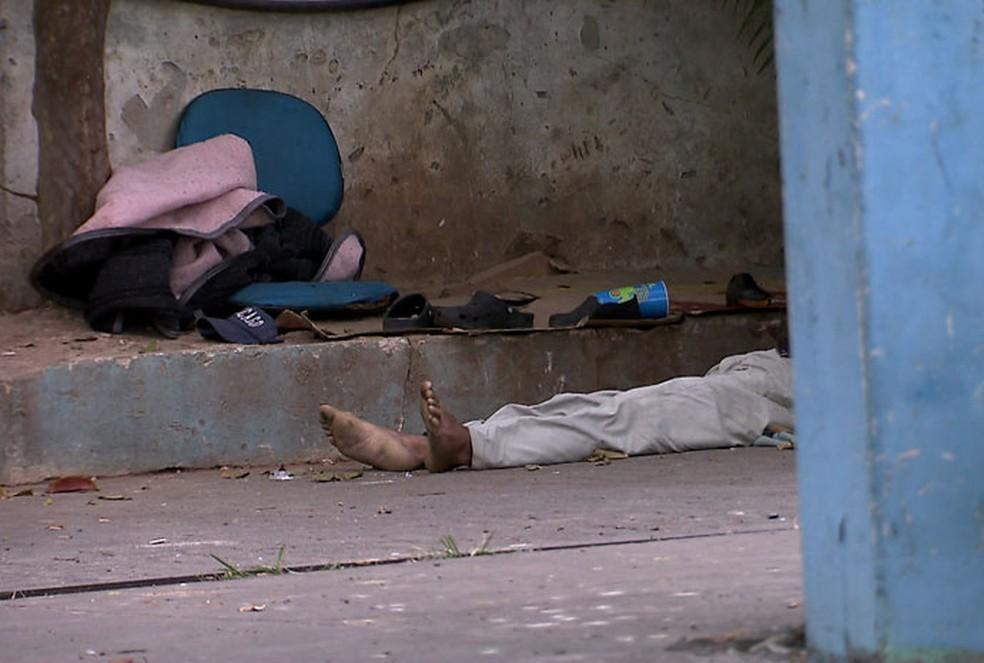 Corpo de um dos moradores de rua morto no posto de gasolina (Foto: TV Globo/Reprodução)