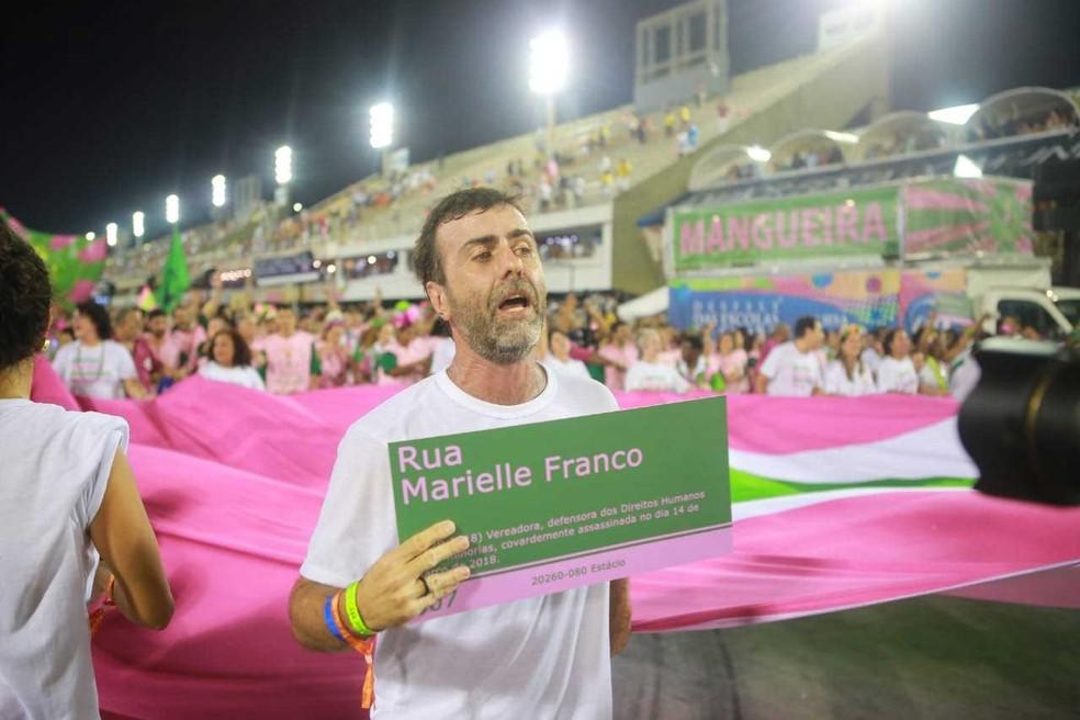 Marcelo Freixo carregou placa com o nome de Marielle Franco no desfile da Mangueira; ela era amiga e assessora do deputado — Foto: Rodrigo Gorosito / G1