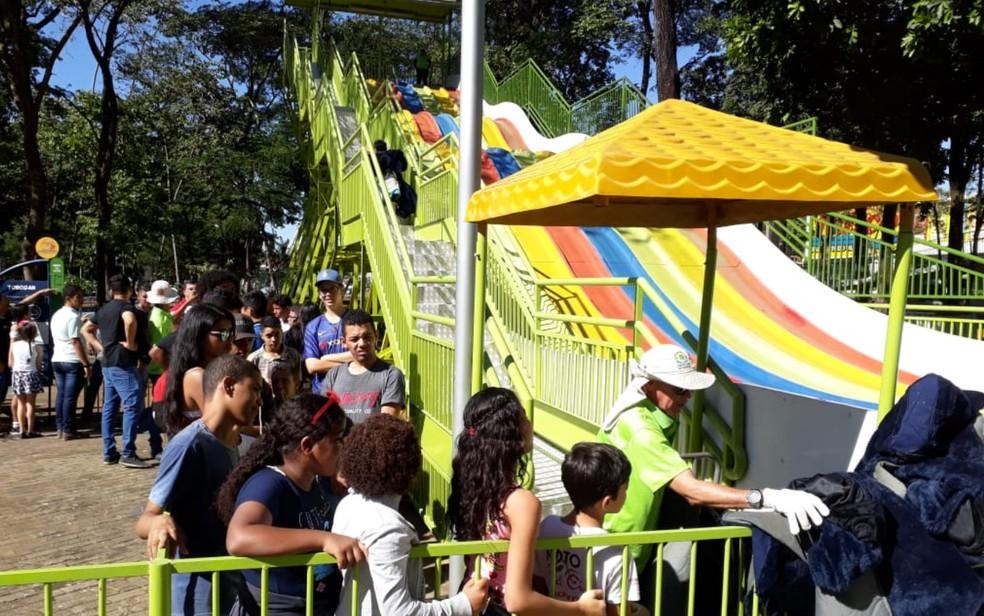 Crianças e adolescentes em fila de brinquedo do Mutirama, em Goiânia — Foto: Teo Taveira/TV Anhanguera