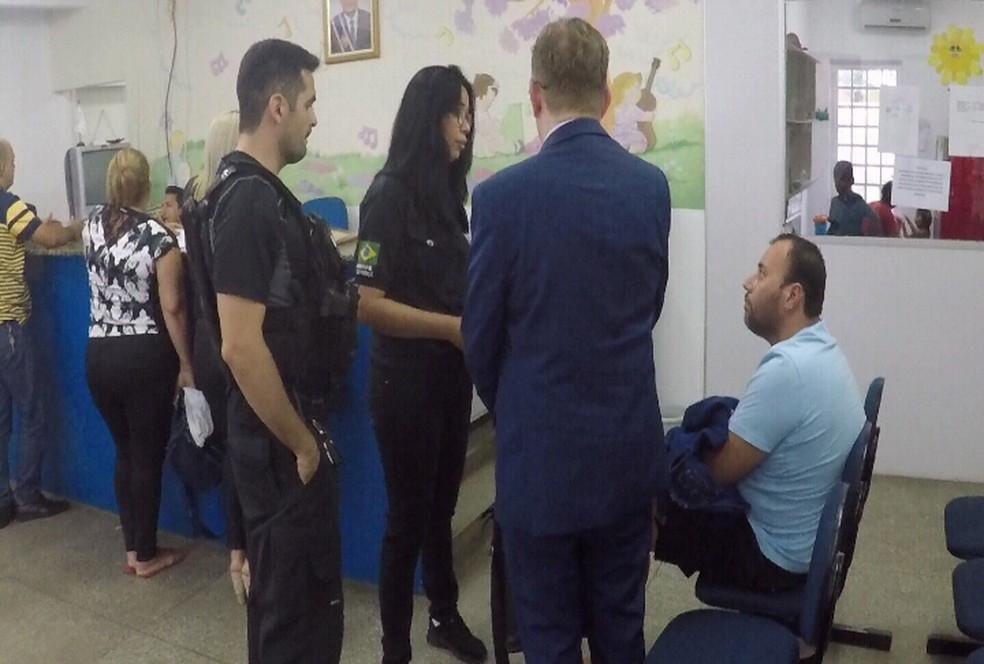 Fabian (sentado, de camisa azul clara) teve prisão decretada — Foto: Reprodução
