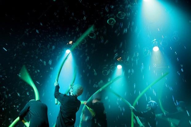 O espetáculo 100 + nem menos tem como inspiração objetos industriais, como canos (Foto: Cacá Bernardes/Divulgação)