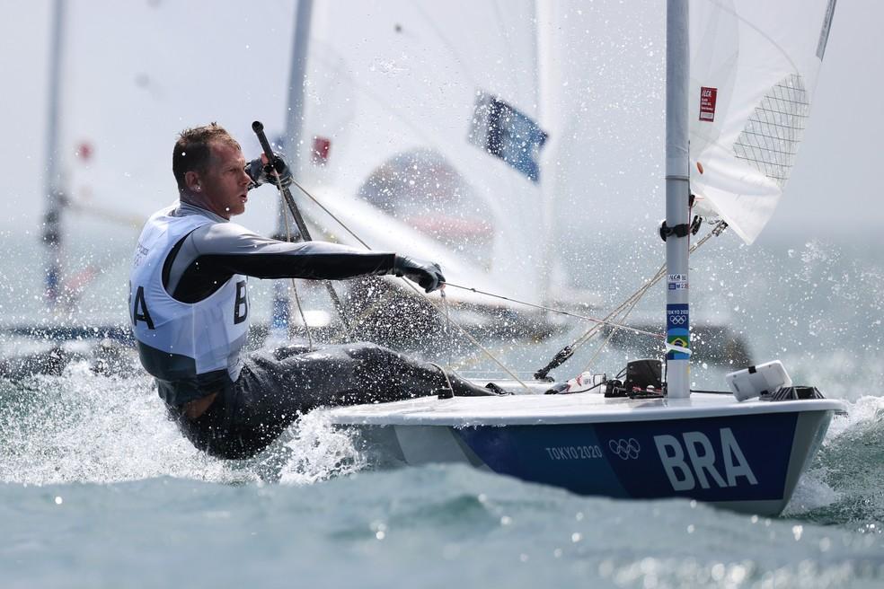 Robert Scheidt pula para 3º no ranking geral da vela classe laser — Foto: Clive Mason/Getty Images