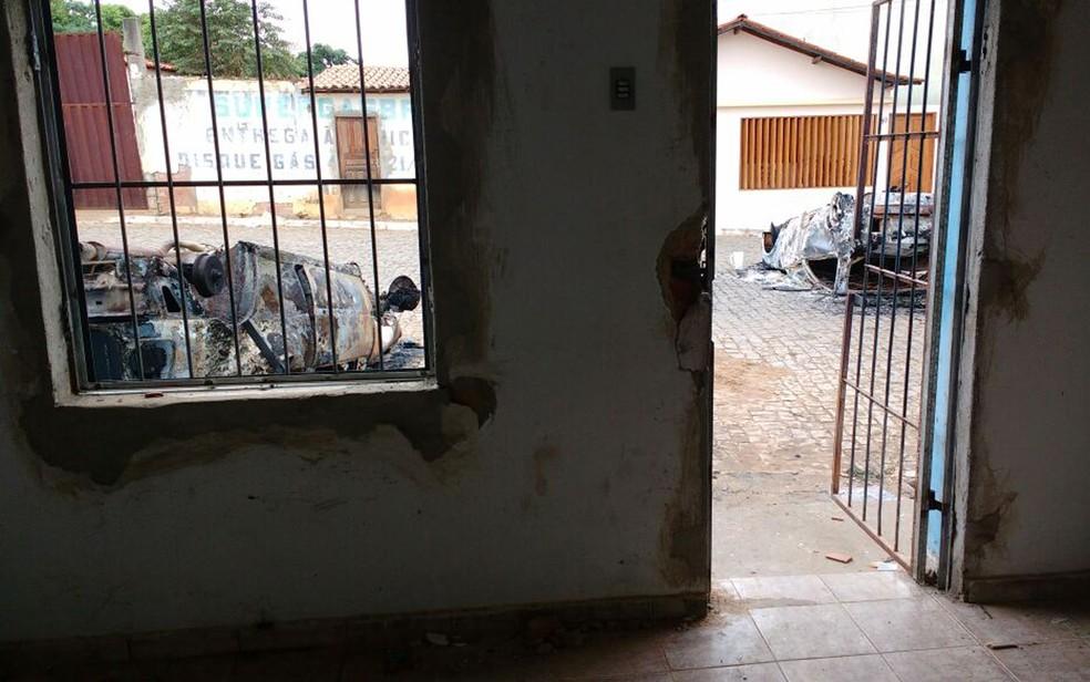 Carros foram destruídos em frente à delegacia de Piripá (Foto: Arquivo Pessoal)