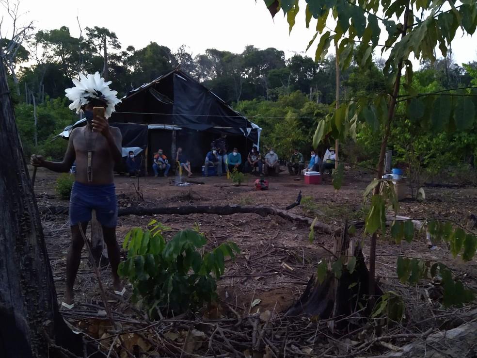 Turistas foram proibidos de sair da aldeia após entrarem por engano — Foto: Polícia Militar
